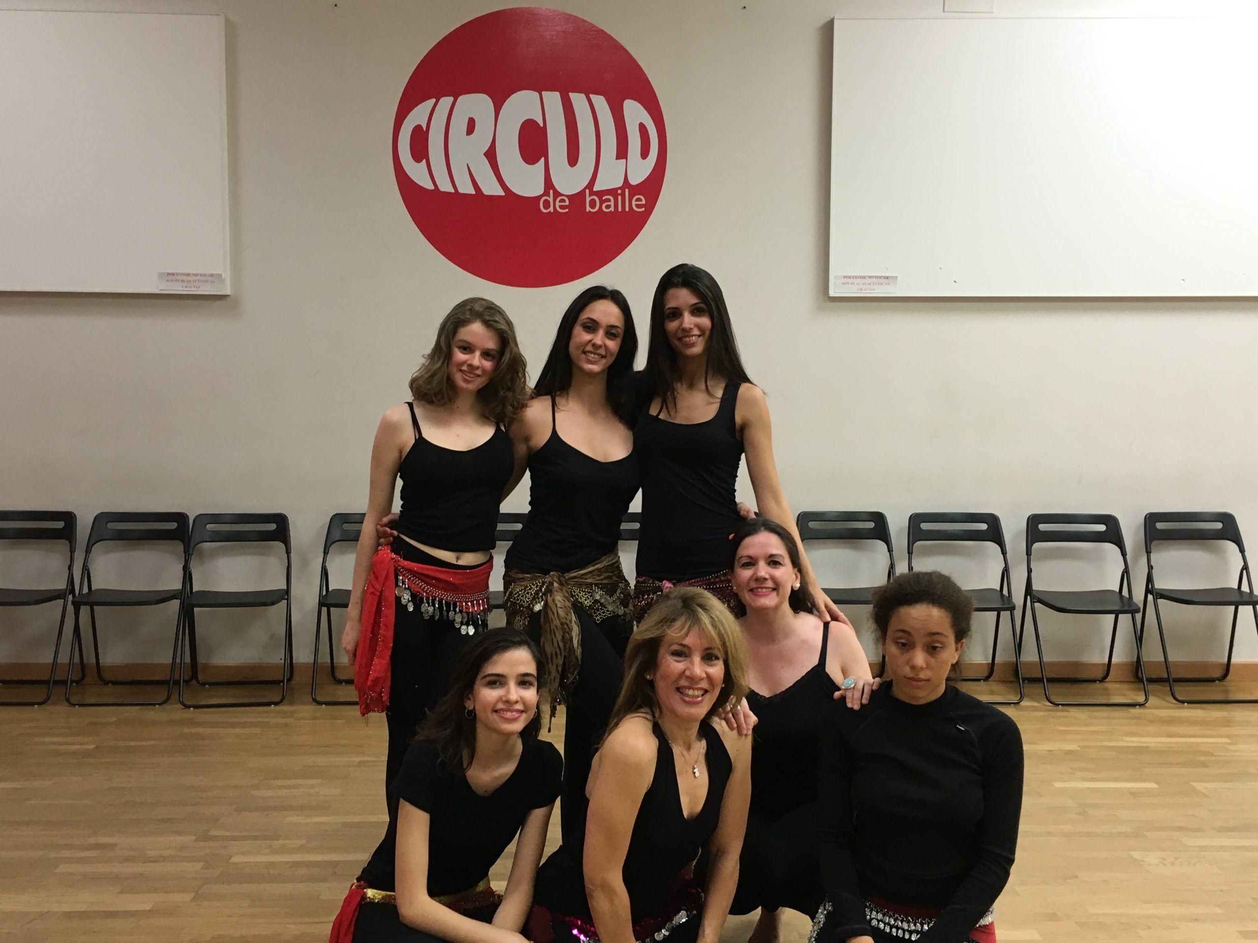Mónica Lavín y sus alumnas de Danza Oriental